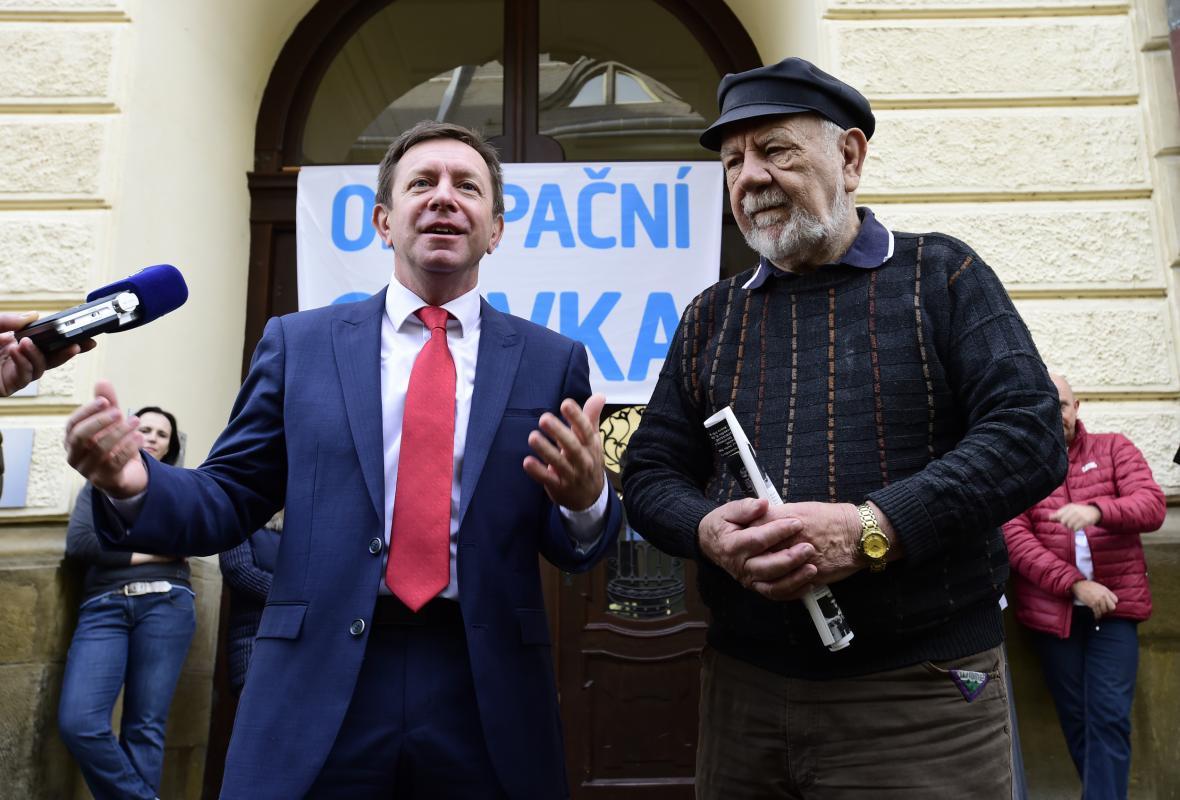 Současný rektor UP v Olomouci Jaroslav Miller (zleva) a první porevoluční rektor Josef Jařab