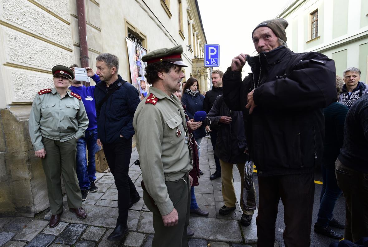 Policisté v dobových uniformách kontrolují průkazy totožnosti návštěvníkům fakulty