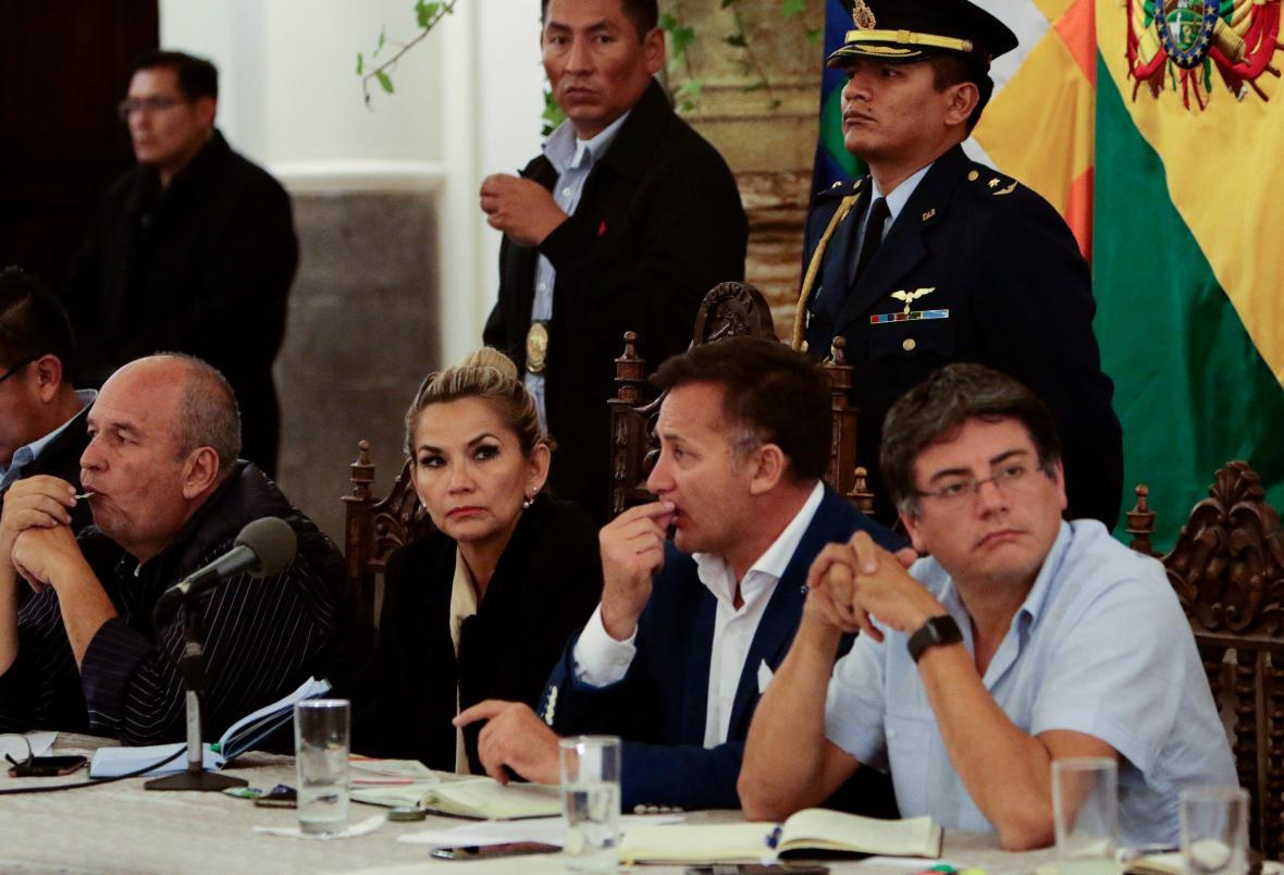 Bolívijská vláda s prozatímní prezidentkou Jeanine Áňezovou
