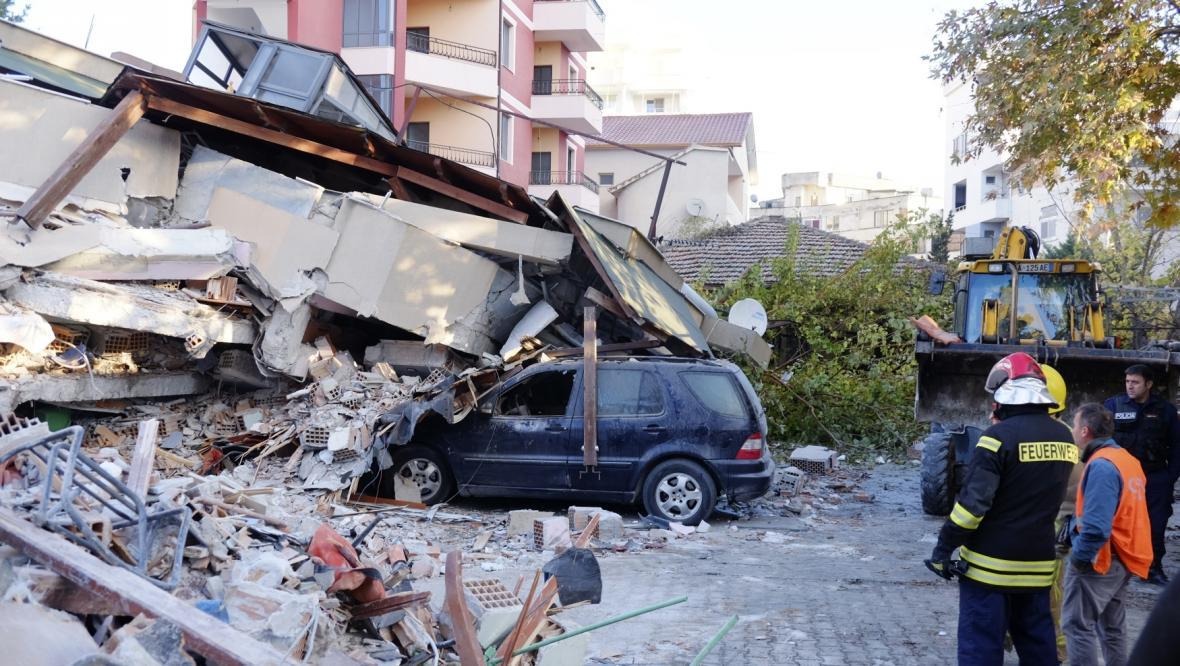Troskami zavalené auto ve městě Drač