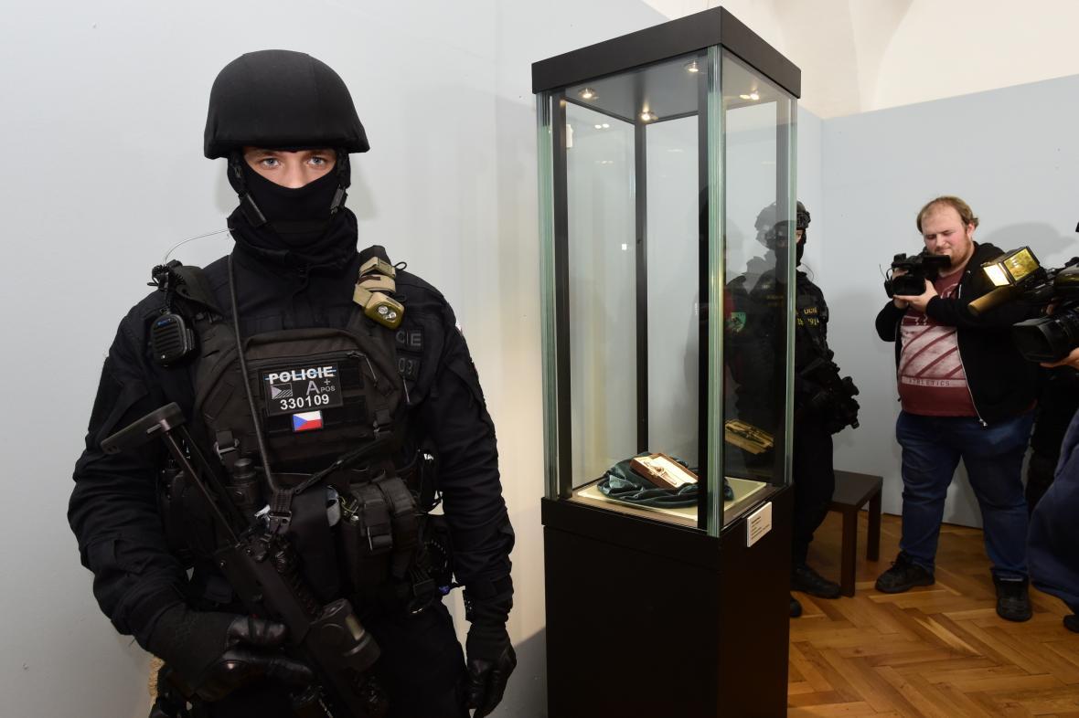 Věstonická venuše pod dohledem ozbrojené policejní eskorty