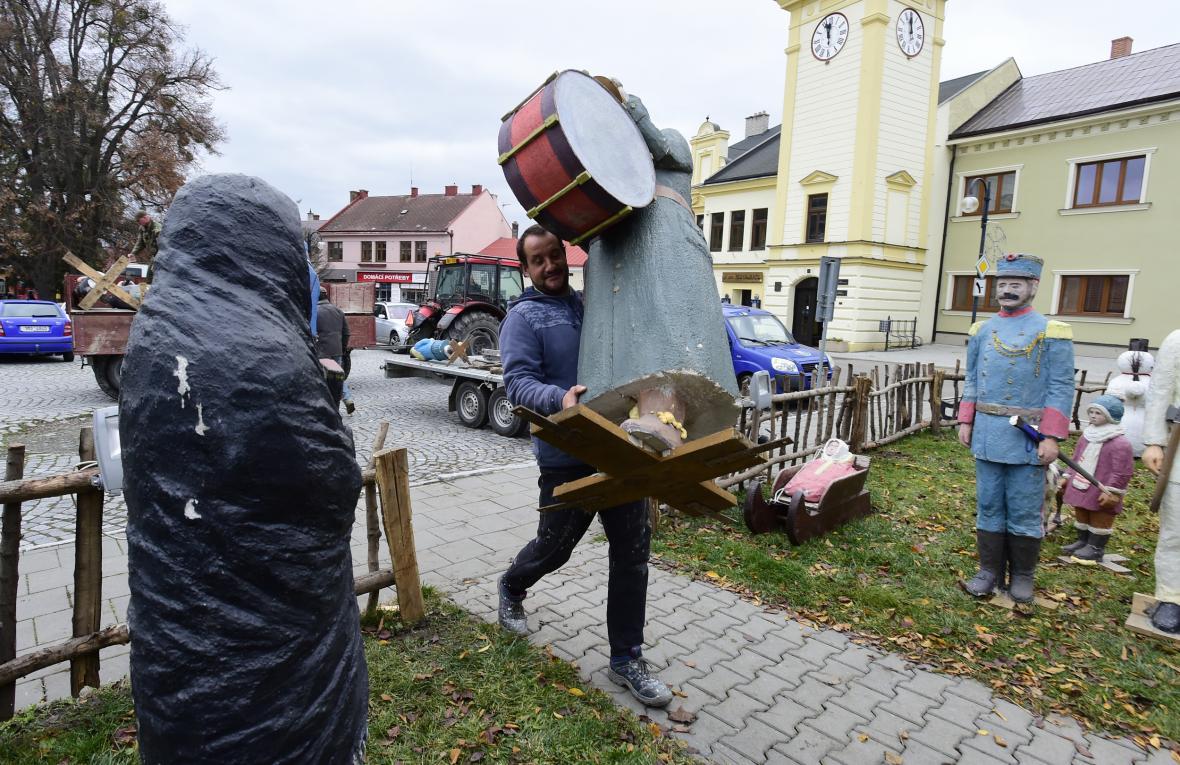 Instalace betlému na náměstí v Dřevohosticích na Přerovsku