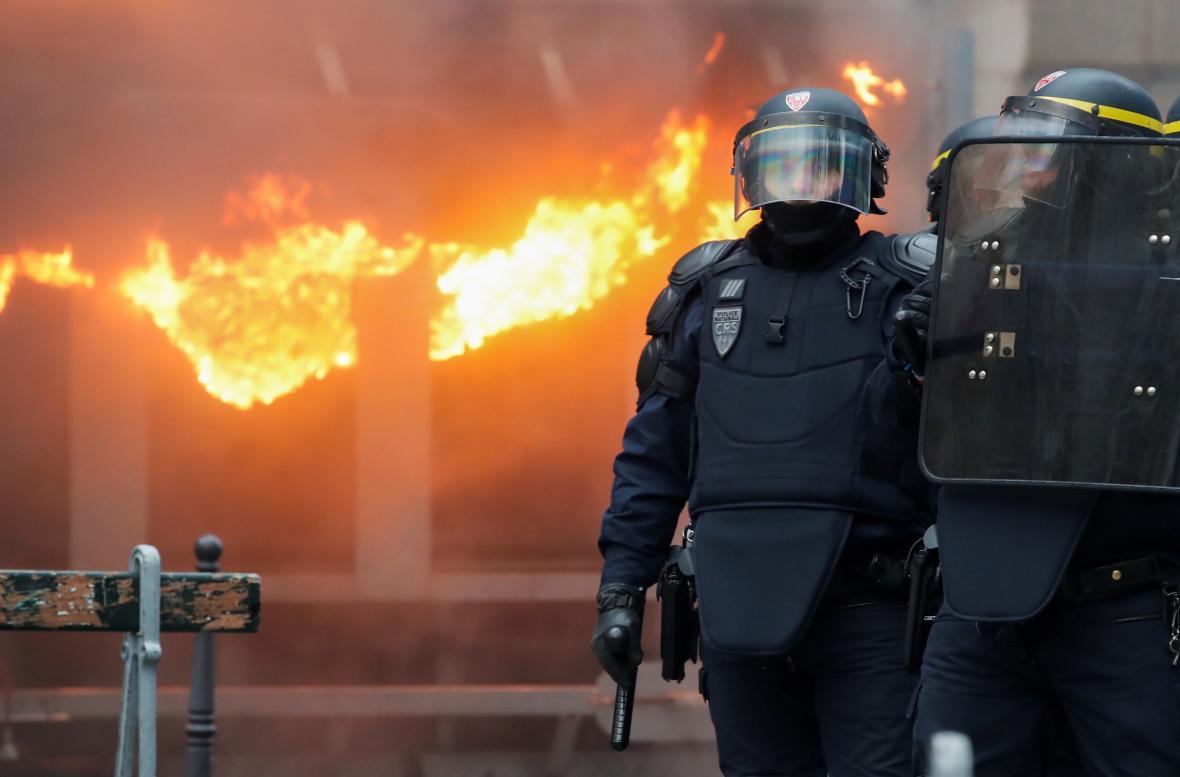 Francii paralyzovala stávka a stovky demonstrací odborů