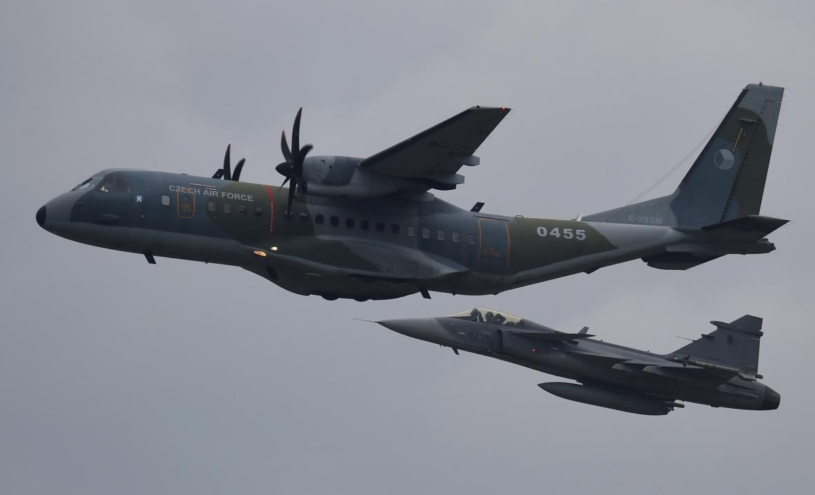 Letoun CASA ve výzbroji armády ČR : Taktický transportní letoun CASA C-295M nad 24. základnou dopravního letectva Praha Kbely, letecký snímek ze dne 1.8.2017