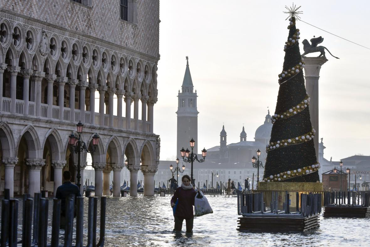 Ne na sněhu, ale na vodě. Vánoce v zaplavených Benátkách