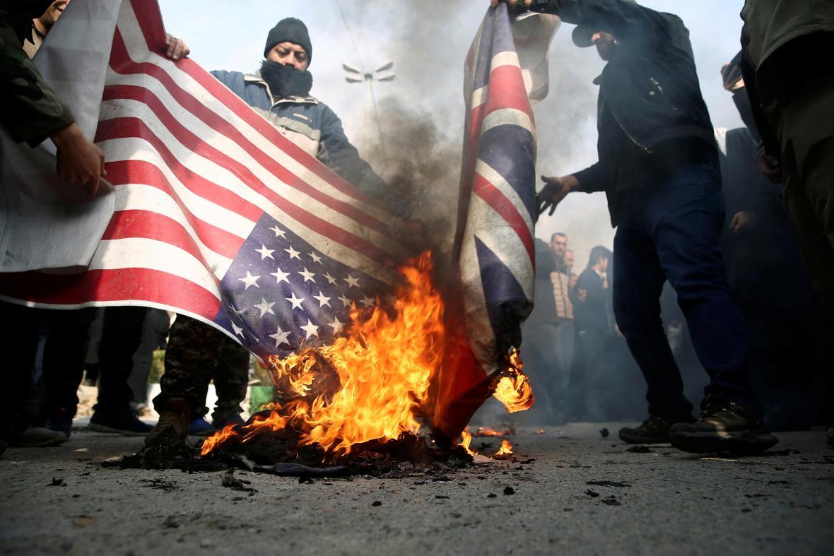 Demonstranti v Teheránu zapalují americké a britské vlajky během protestů ptori zabití Kásima Solejmáního