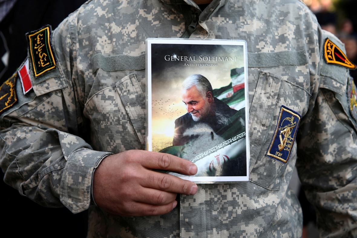 Demonstrant drží obrázek Solejmáního během protestů proti jeho zabití