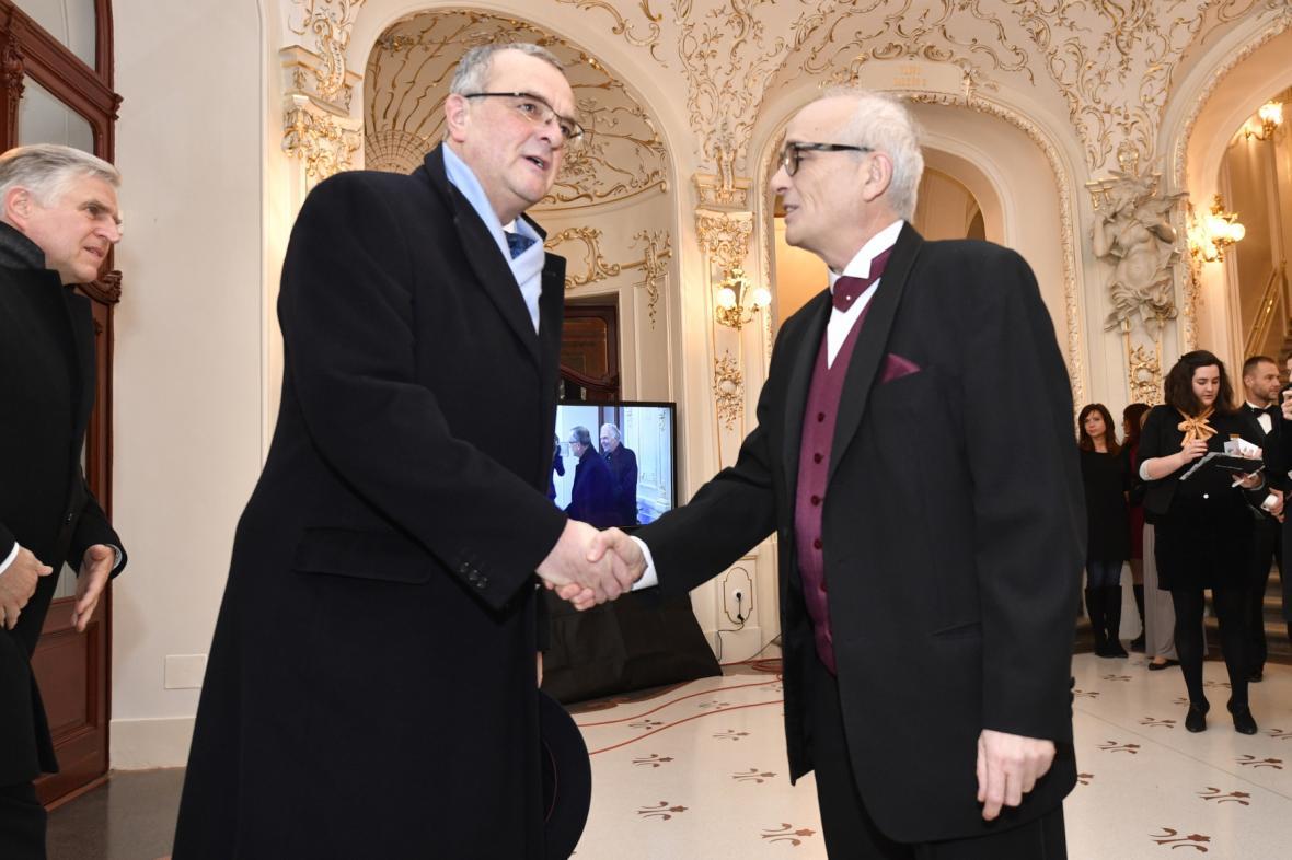 Ředitel Národního divadla Jan Burian vítá Miroslava Kalouska (TOP09)
