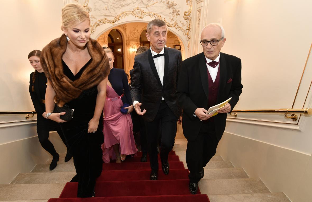 Ředitel Národního divadla Jan Burian s premiérem Andrejem Babišem a jeho ženou Monikou.