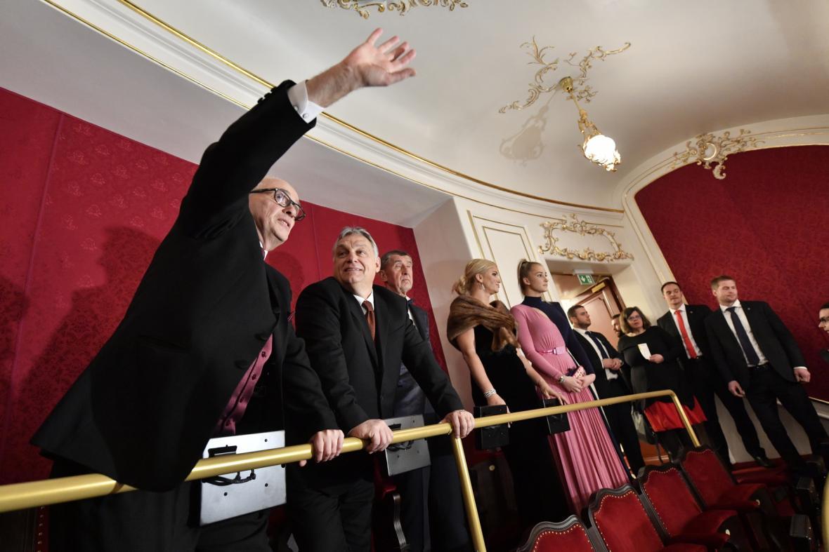 Ředitel Národního divadla Jan Burian ukazuje maďarskému premiérovi Viktoru Orbánovi a dalším hostům detaily rekonstruované Státní opery