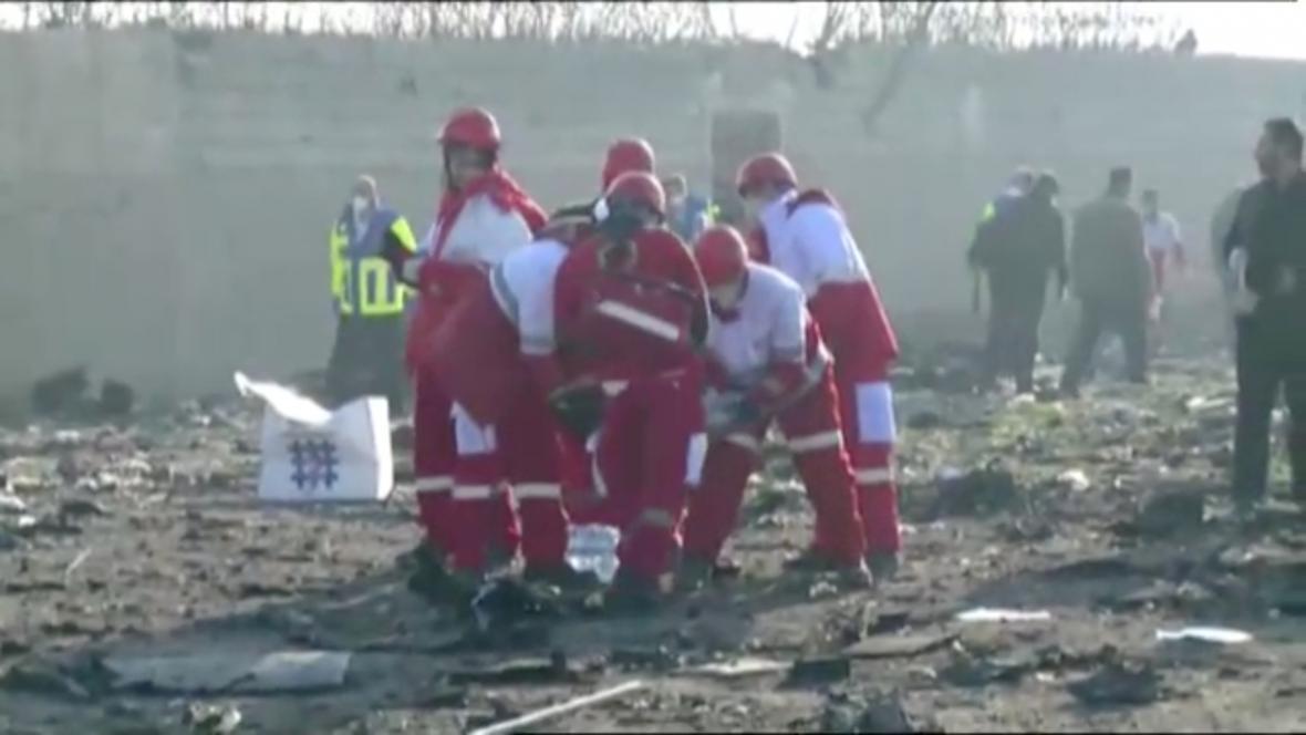 Záchranáři prohledávají trosky zříceného letadla