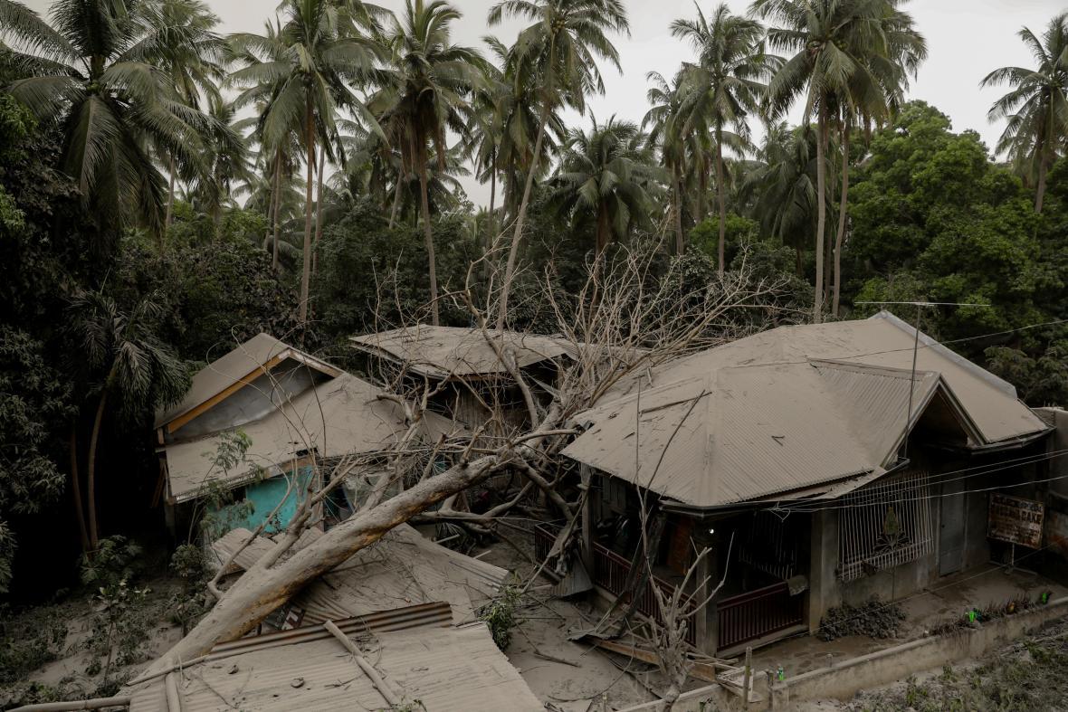 Filipínská sopka Tall chrlí popel, dým i lávu