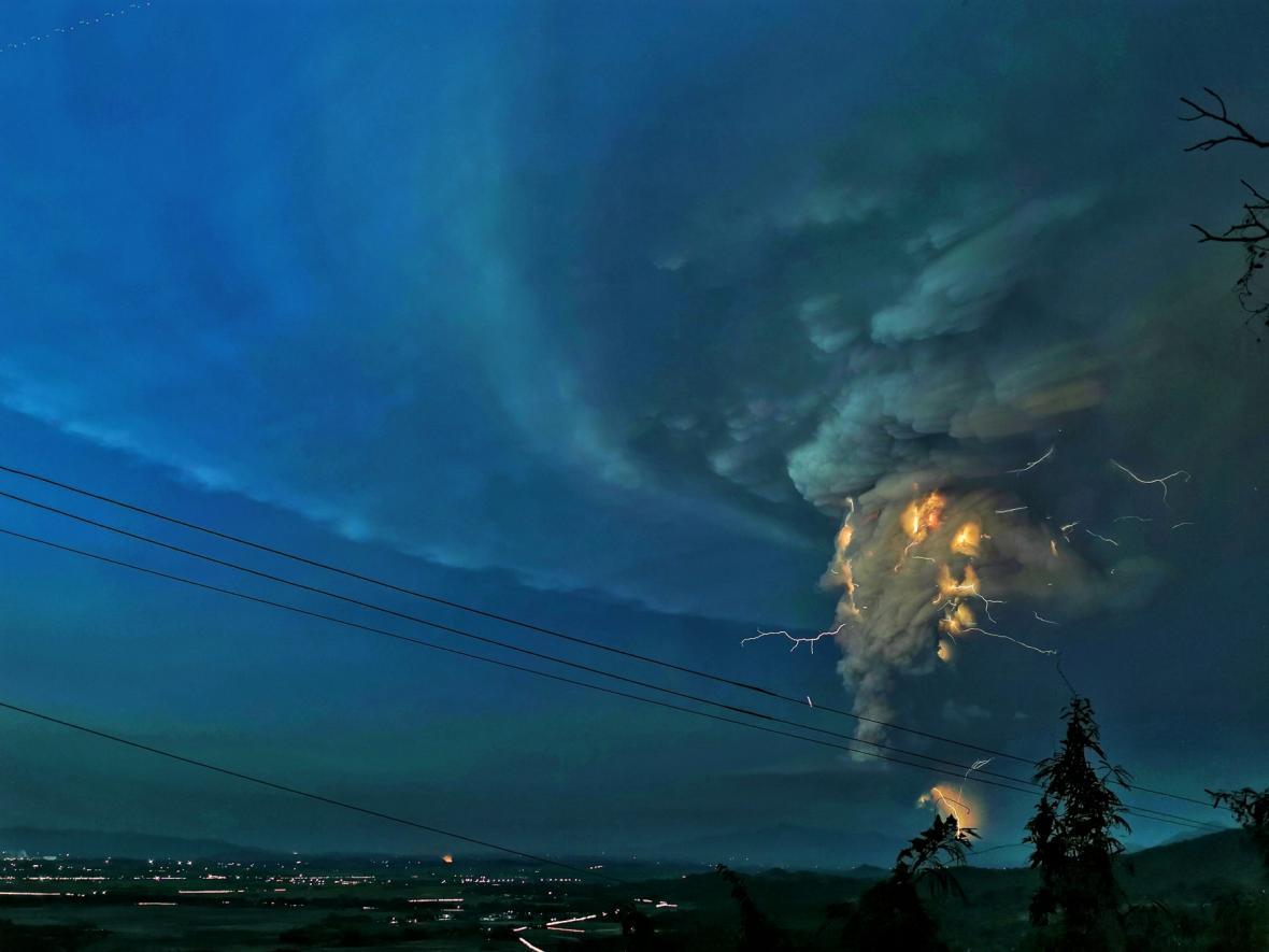 Sopečné blesky nad sopkou Taal