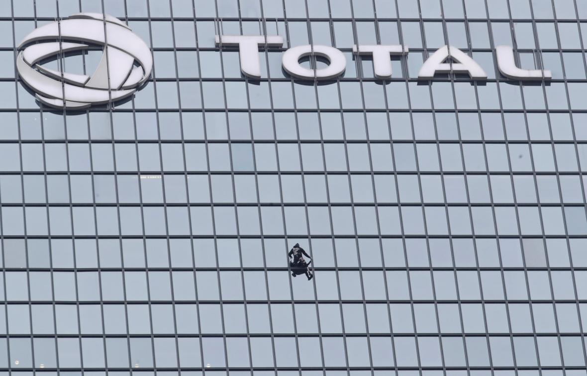 Alain Robert pokořil budovu Total v pařížské čtvrti La Defénse
