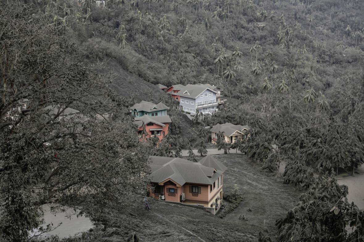 Filipínci začínají s úklidem popela po erupci sopky Tall