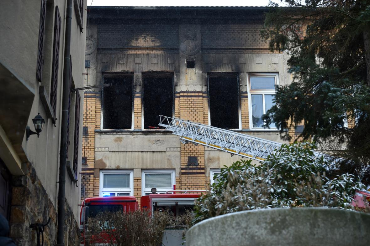 Při požáru domova pro handicapované ve Vejprtech zahynulo osm lidí
