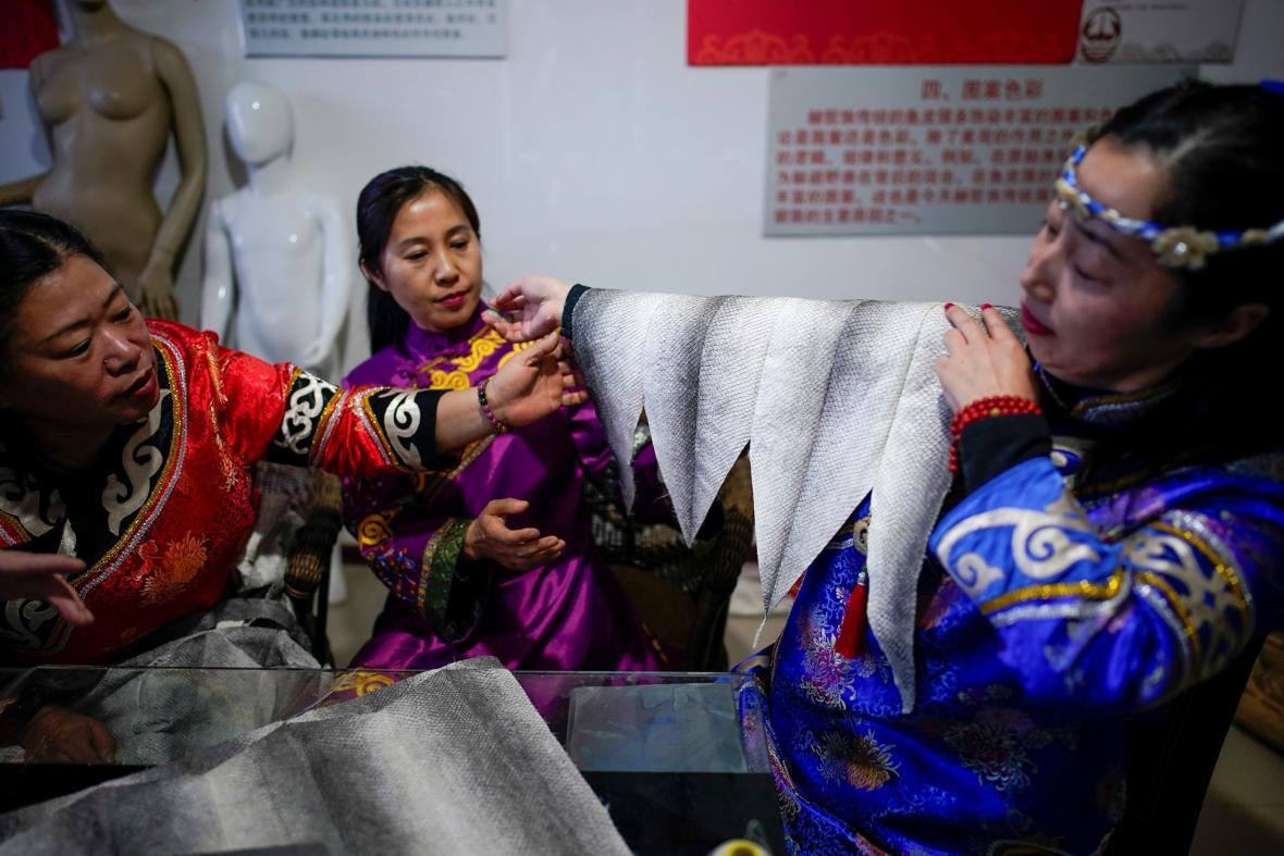 Společným znakem Nanajců je oblečení s rybí kůže
