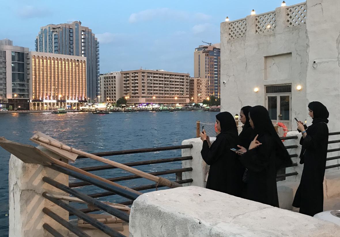 Muslimky si fotí výhledy na záliv ve starém městě