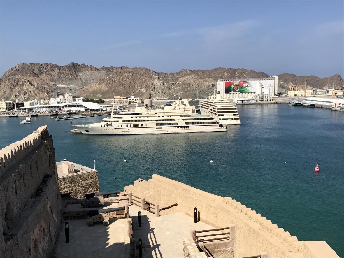 Výhled na přístav v Maskatu z pevnosti Mutrah