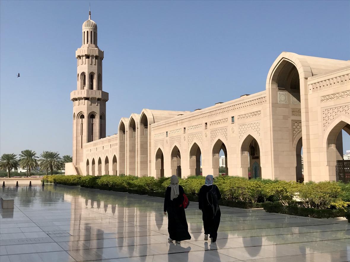 Zahalené ženy u hlavní mešity v ománské metropoli