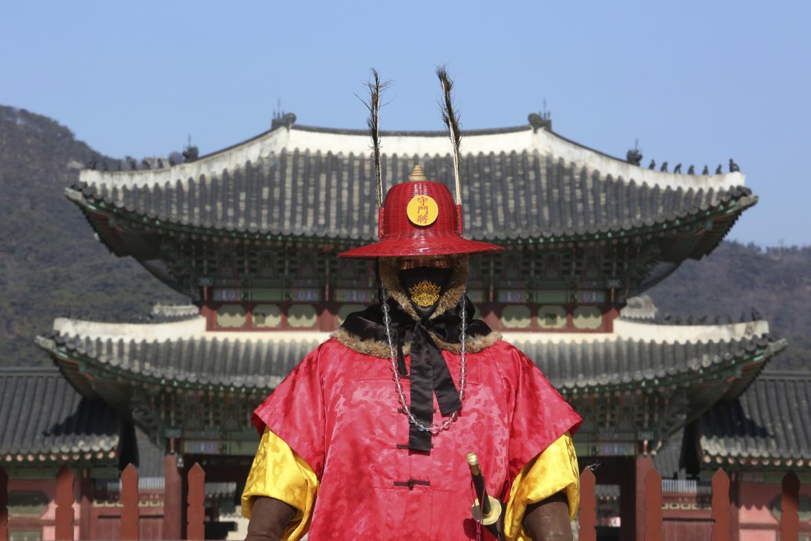 Čestná císařská garda Jižní Koreji začala nosit roušky z obav před koronarovirem
