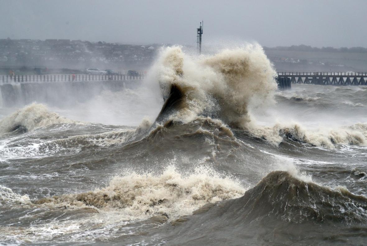 Orkán Ciara udeřil na britské pobřeží