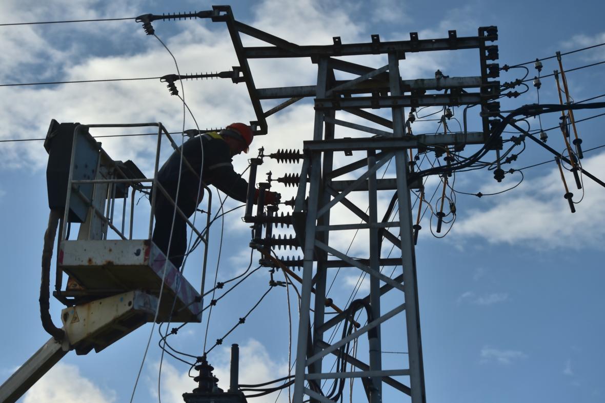 Silný vítr zkomplikoval v Jihočeském kraji dodávky elektřiny. Na snímku pracovník energetické společnosti opravuje zpřetrhané vedení v Myšenci na Písecku