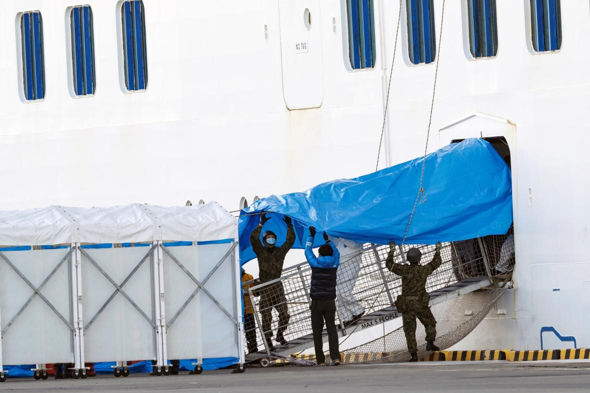 Výletní loď Diamond Princess je nyní zakotvená  v přístavu v Yokohamě