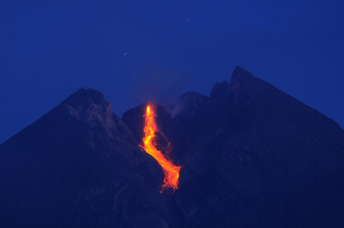 Aktivní sopka Merapi v centrální části ostrova Jáva v Indonésii