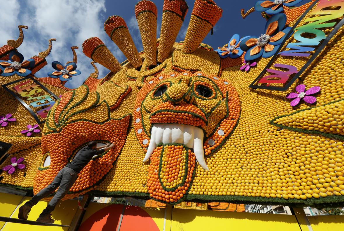 Sochy vytvořené z citronů a pomerančů jsou součástí festivalů citrusů ve francouzském městě Menton