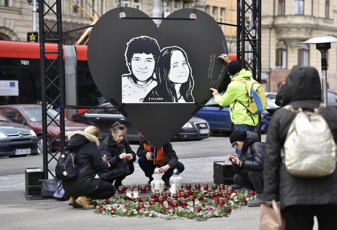 Lidé zapalují svíčky na pietním místě na Náměstí SNP v Bratislavě