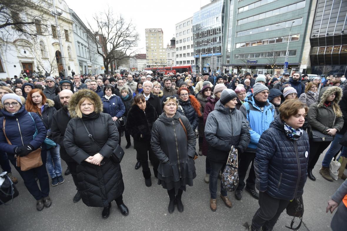 Lidé na vzpomínkovém shromáždění na Náměstí SNP  v Bratislavě
