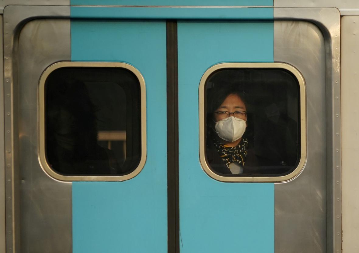 Cestující v soulském metru