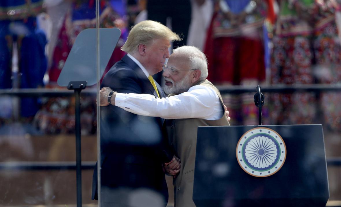 Americký prezident Donald Trump a indický premiér Naréndra Módí při objetí na největším kriketovém stadionu světa