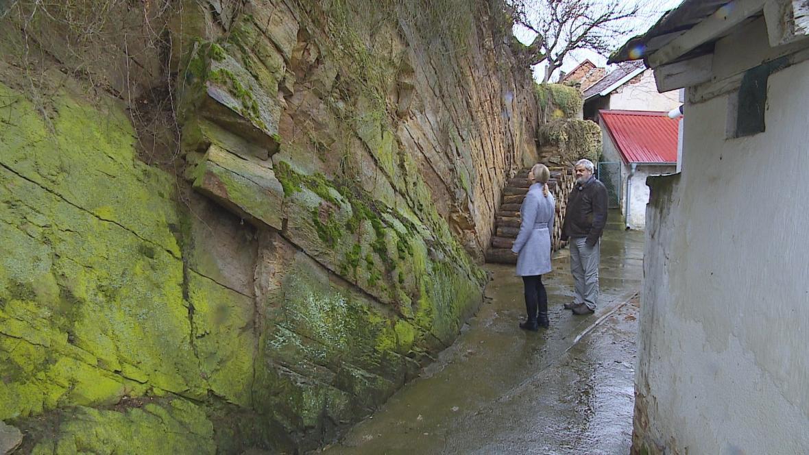Uvolněné skály ohrožují domy pod svahem v Plavči