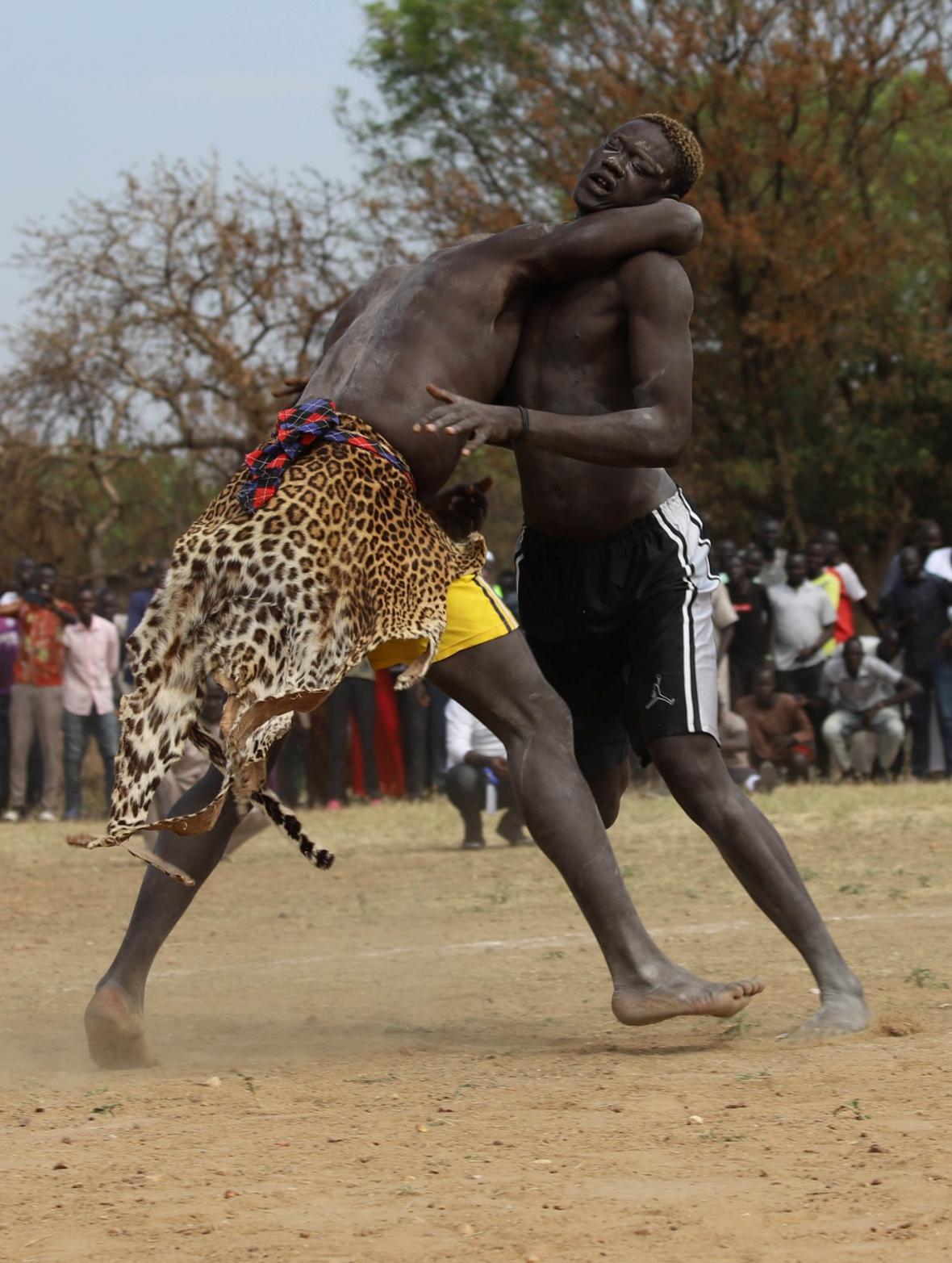 Válečníci v leopardích kůžích řeší bojem etnické konflikty