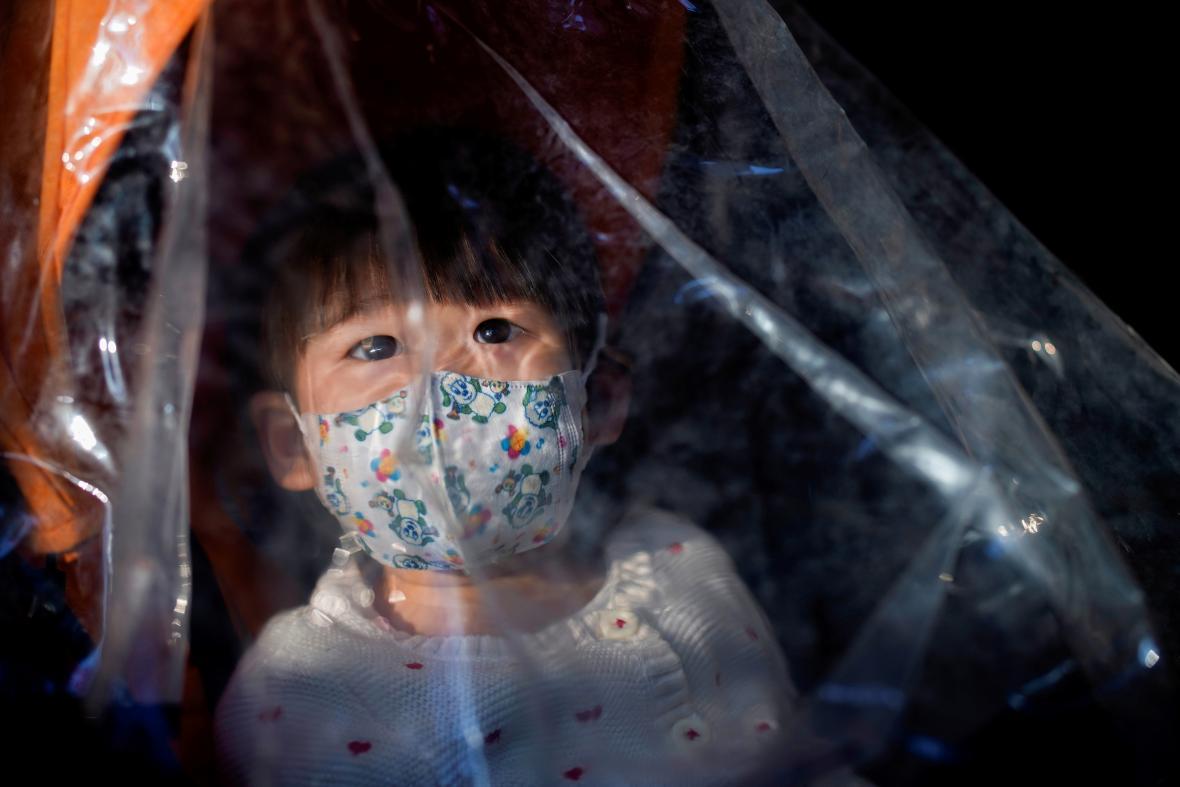 Dítě s rouškou v Šanghaji