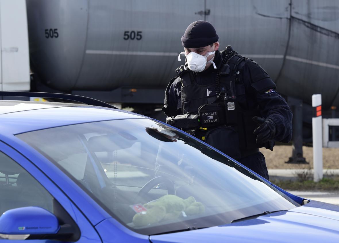 Policisté hlídají vjezd do Litovle na Olomoucku