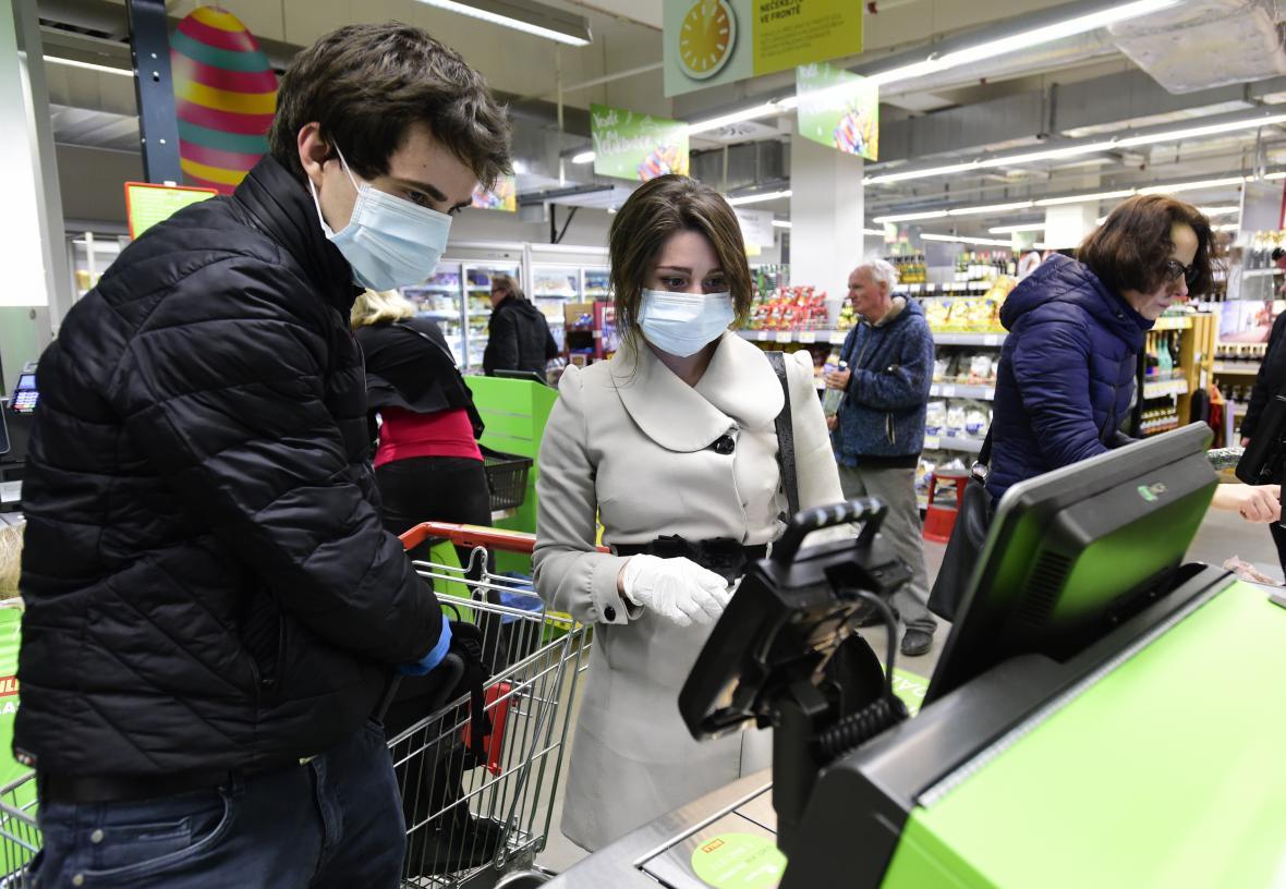 Lidé v Olomouci nakupují s rouškami