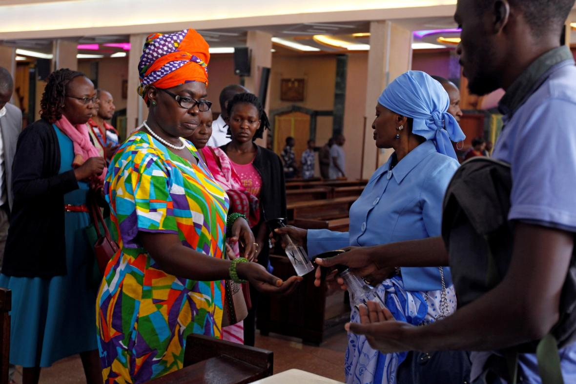 Karanténa spojená s bojem proti koronaviru uzavřela kostely po celém světě