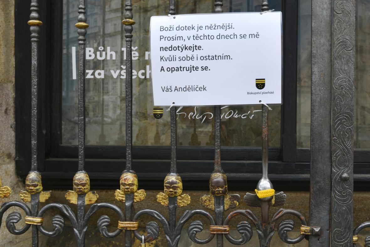 Andělíček s háčkovanou rouškou v Plzni