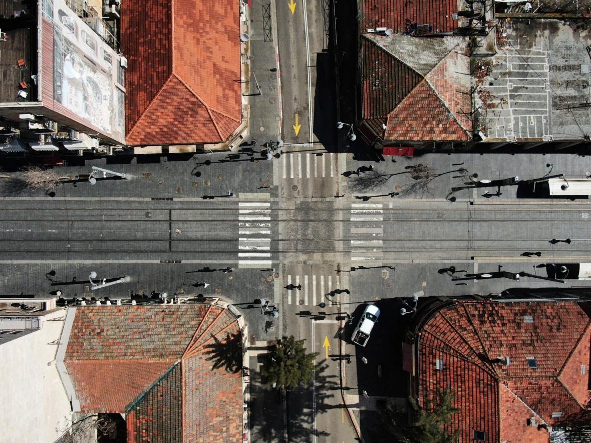 Obavy z nákazy koronaviry vylidnily ulice, divadla, kavárny, náměstí i celé čtvrti. Ve městech zavládlo ticho a klid