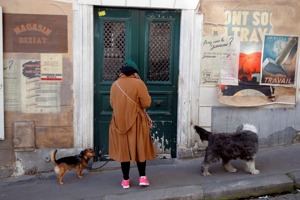 Pařížané na Montmartru si díky filmovým kulisám prožívají karanténu ze 40. let
