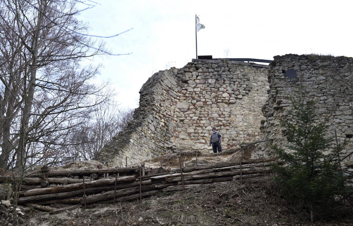 Dobrovolníci v Lukově obnovují hradbu zříceniny