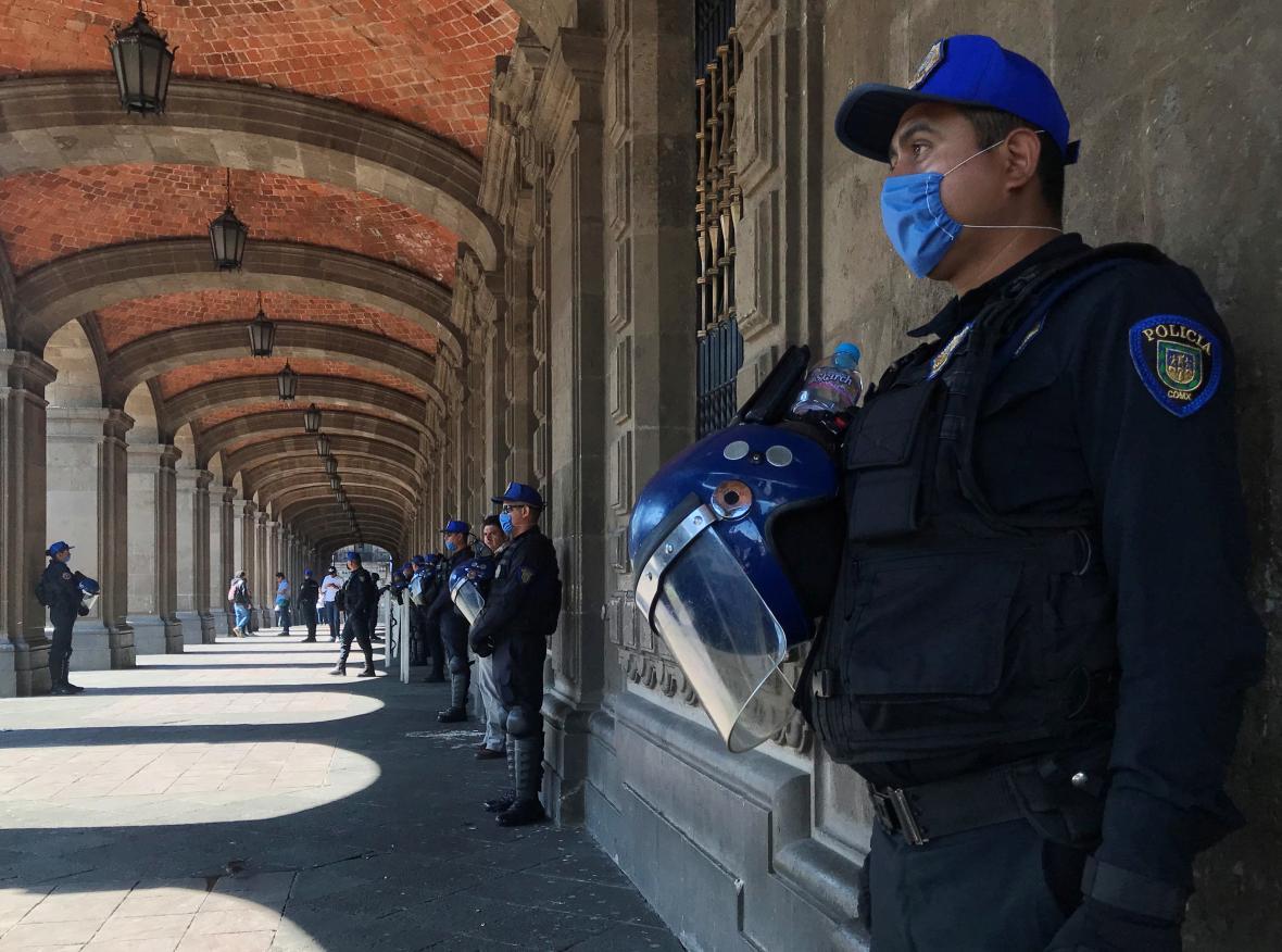 Mexičtí policisté s rouškami