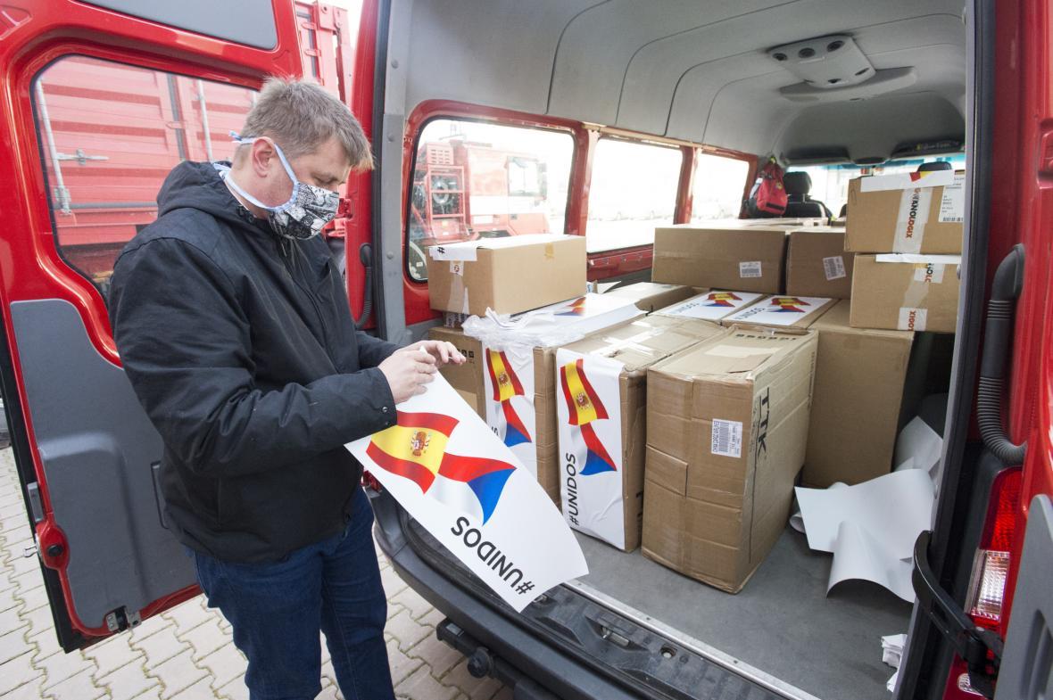 Ministr zahraničí Petříček označuje španělskou vlajkou krabice s humanitární pomocí
