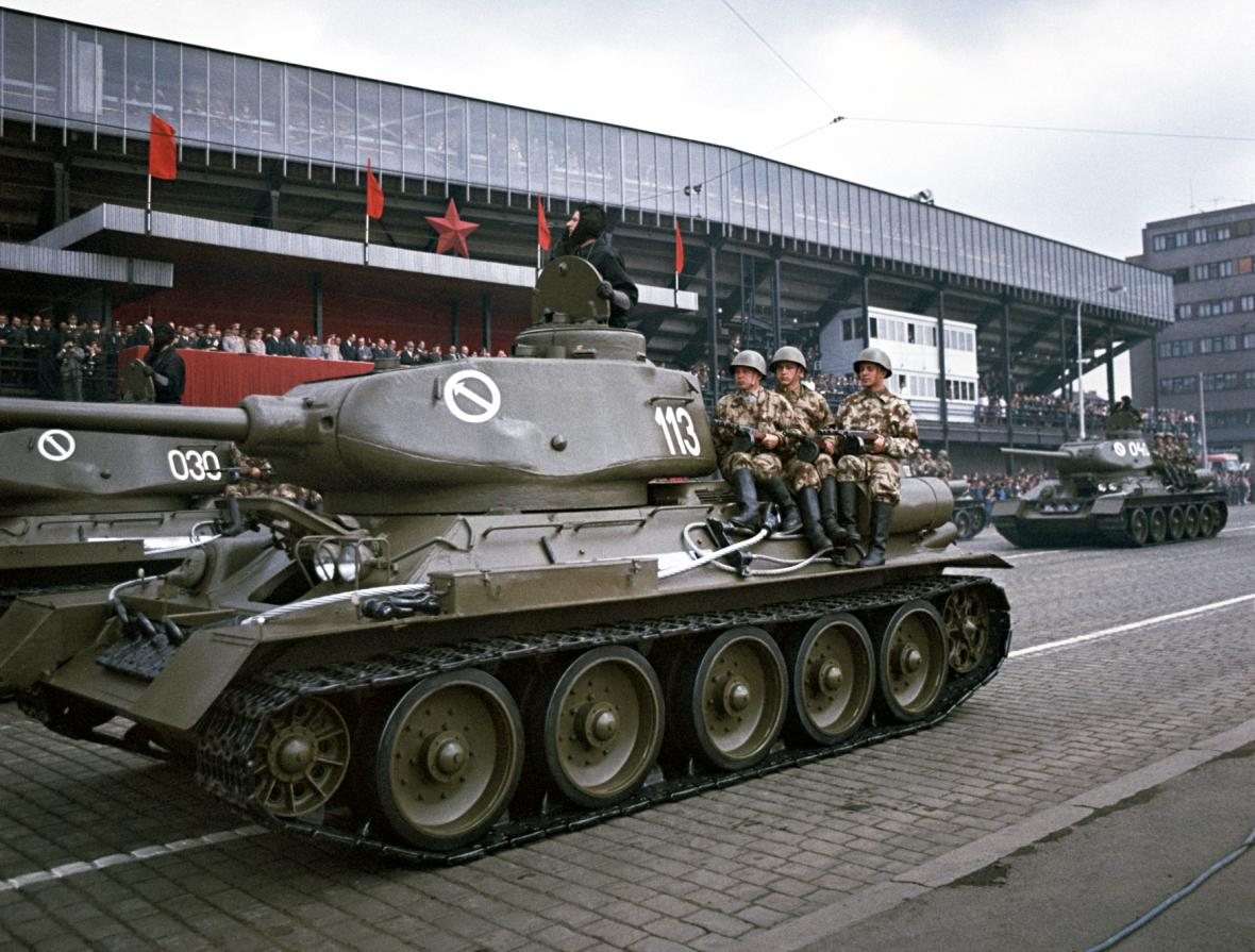 Tank T-34 na vojenské přehlídce na Letné za komunismu