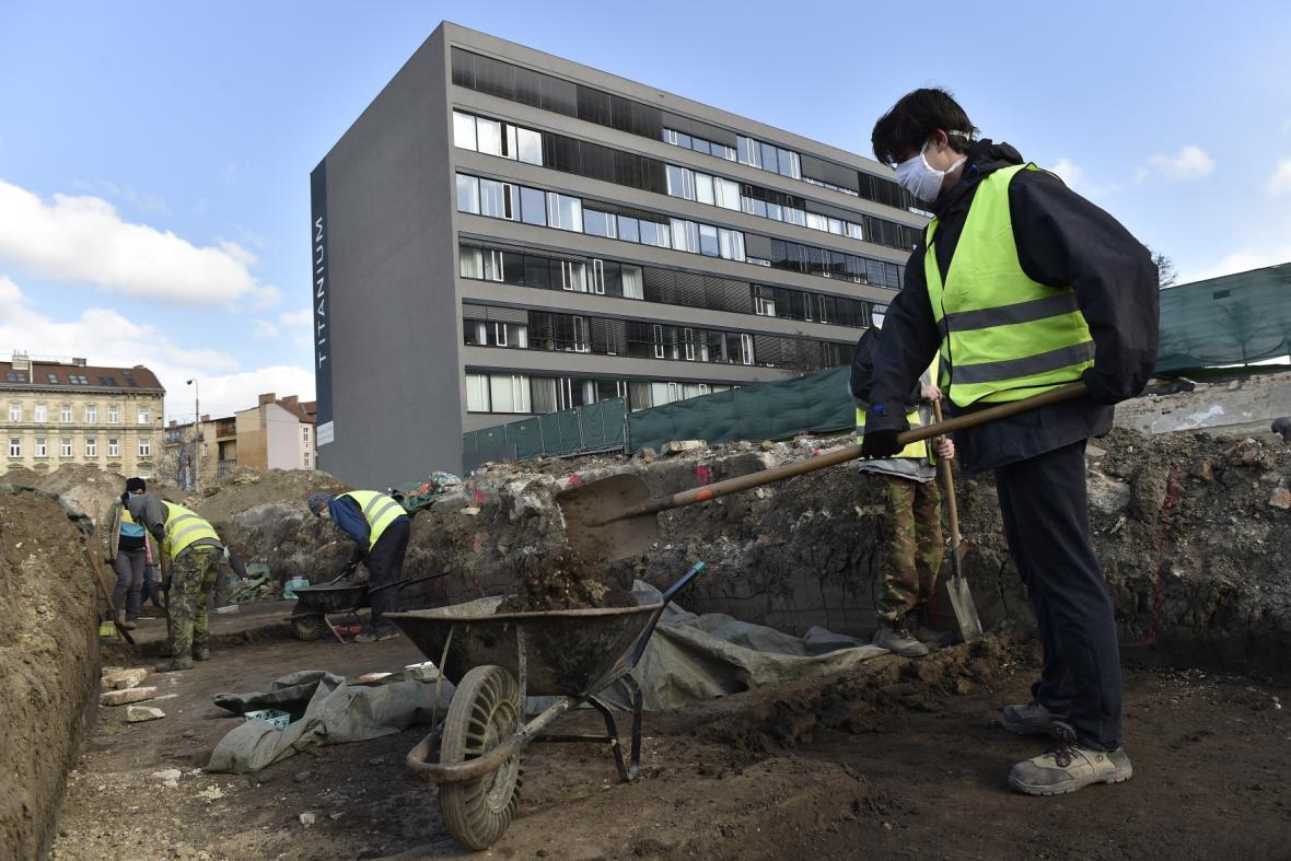 Archeologové pracují v Brně v Nových sadech