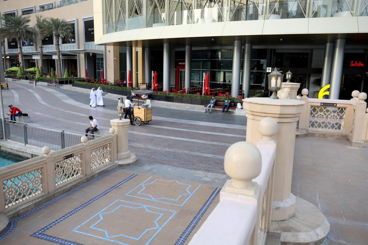 Prostor před Dubai Mall ve Spojených Arabských Emirátech