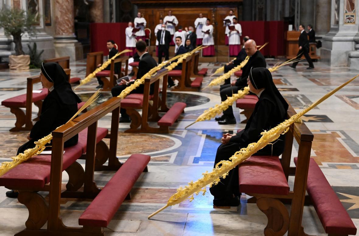 Mše se účastnilo jen několik jeptišek a pracovníků Vatikánu